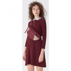 Sukienka z kołnierzykiem polo - Bordowy. Czerwone sukienki z falbanami House, l, polo. Za 89,99 zł.