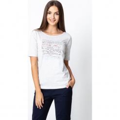 Szara bluzka z drobnymi napisami QUIOSQUE. Szare bluzki damskie QUIOSQUE, s, z nadrukiem, z bawełny, klasyczne, z dekoltem w łódkę, z krótkim rękawem. W wyprzedaży za 59,99 zł.