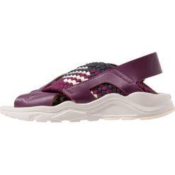 Nike Sportswear AIR HUARACHE RUN Sandały bordeaux/guava ice/desert sand/dark smoke. Czerwone sandały damskie Nike Sportswear, z materiału. Za 419,00 zł.