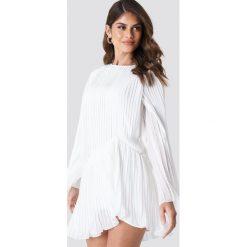 Andrea Hedenstedt x NA-KD Plisowana sukienka - White. Białe sukienki asymetryczne marki Andrea Hedenstedt x NA-KD, z poliesteru, z asymetrycznym kołnierzem. Za 202,95 zł.