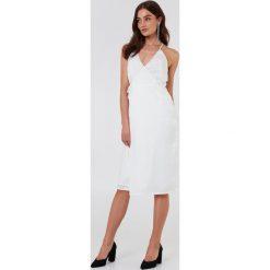Rut&Circle Kopertowa sukienka Haley - White. Brązowe sukienki z falbanami marki Mohito, l, z kopertowym dekoltem, kopertowe. Za 161,95 zł.