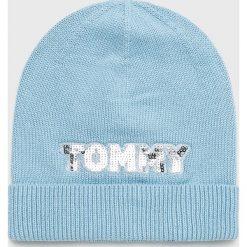 Tommy Hilfiger - Czapka. Niebieskie czapki zimowe damskie TOMMY HILFIGER, na zimę, z bawełny. Za 179,90 zł.