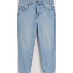 Jeansy regular cropped - Niebieski. Niebieskie jeansy męskie regular Reserved. W wyprzedaży za 49,99 zł.