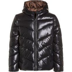 Sisley Kurtka zimowa black. Czarne kurtki chłopięce przeciwdeszczowe Sisley, na zimę, z materiału. W wyprzedaży za 167,20 zł.