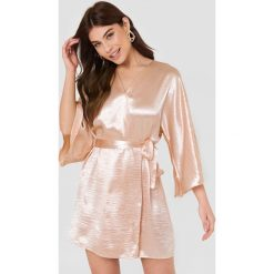 Rut&Circle Błyszcząca sukienka Leja - Pink,Nude. Zielone sukienki z falbanami marki Rut&Circle, z dzianiny, z okrągłym kołnierzem. Za 161,95 zł.