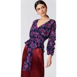 Bluzki damskie: NA-KD Bluzka z wiązaniem w pasie – Purple,Multicolor