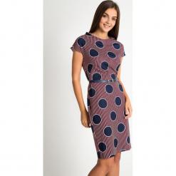 Bordowa sukienka w granatowe grochy QUIOSQUE. Czerwone długie sukienki marki QUIOSQUE, l, w grochy, ze skóry ekologicznej, klasyczne, z dekoltem na plecach, z długim rękawem, proste. W wyprzedaży za 99,99 zł.