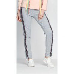 Spodnie dresowe damskie: Jasnoszare Spodnie Dresowe Embrace