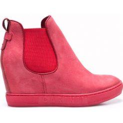 Carinii - Botki. Różowe buty zimowe damskie Carinii, z materiału, z okrągłym noskiem, na koturnie. W wyprzedaży za 199,90 zł.