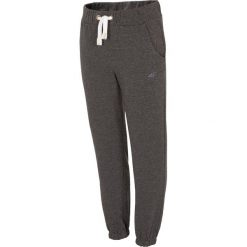 Spodnie dresowe dla małych dziewczynek JSPDD100 - szary melanż. Szare spodnie chłopięce 4F JUNIOR, na lato, melanż, z bawełny. Za 29,99 zł.