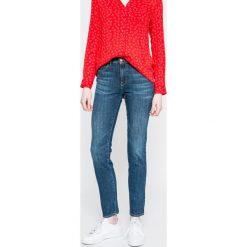 Wrangler - Jeansy. Szare proste jeansy damskie marki Wrangler, na co dzień, m, z nadrukiem, casualowe, z okrągłym kołnierzem, mini, proste. W wyprzedaży za 219,90 zł.