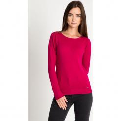 Różowy sweter z błyszczącą lamówką przy dekolcie QUIOSQUE. Szare swetry klasyczne damskie marki QUIOSQUE, na co dzień, s, w koronkowe wzory, z dzianiny, z klasycznym kołnierzykiem, ołówkowe. W wyprzedaży za 59,99 zł.