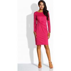 Elegancka dopasowana sukienka fuksja AMBER. Czerwone długie sukienki Lemoniade, eleganckie, z okrągłym kołnierzem, z długim rękawem, dopasowane. Za 119,00 zł.