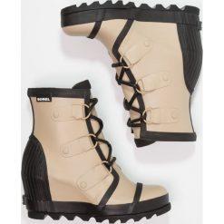 Sorel JOAN RAIN WEDGE Kalosze beach/black. Brązowe buty zimowe damskie Sorel, z materiału. W wyprzedaży za 419,40 zł.