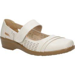 Beżowe półbuty na koturnie Casu 2092-7. Czerwone buty ślubne damskie marki Casu, na słupku. Za 59,99 zł.