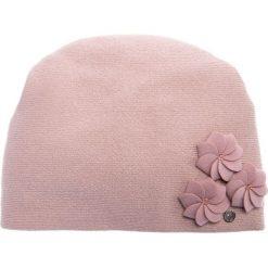 Różowa czapka z trzema kwiatami QUIOSQUE. Czerwone czapki zimowe damskie QUIOSQUE, w kwiaty, z wełny. Za 99,99 zł.