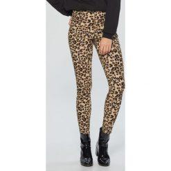 Spodnie high waist w panterkę - Brązowy. Brązowe spodnie z wysokim stanem marki Cropp, z motywem zwierzęcym. Za 89,99 zł.