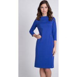 Niebieska sukienka midi ze stójką QUIOSQUE. Niebieskie sukienki balowe marki QUIOSQUE, do pracy, z dzianiny, z klasycznym kołnierzykiem, z długim rękawem, midi, dopasowane. W wyprzedaży za 139,99 zł.