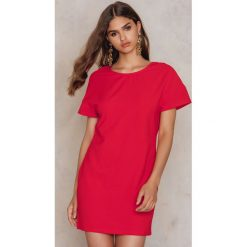 Sukienki hiszpanki: NA-KD Sukienka z głębokim dekoltem V z tyłu - Red