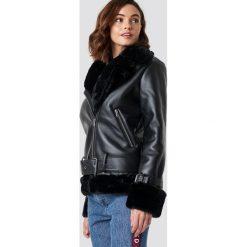 NA-KD Trend Motocyklowa kurtka oversize - Black. Białe kurtki damskie marki NA-KD Trend, z nadrukiem, z jersey, z okrągłym kołnierzem. Za 404,95 zł.