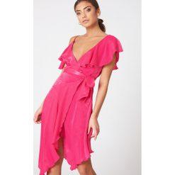 NA-KD Party Asymetryczna sukienka kopertowa z falbaną - Pink. Niebieskie sukienki asymetryczne marki Reserved. Za 80,95 zł.