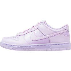 Nike Sportswear DUNK LOW SE (GS) Tenisówki i Trampki violet mist/white. Fioletowe trampki chłopięce marki Nike Sportswear, z materiału, klasyczne. W wyprzedaży za 247,20 zł.