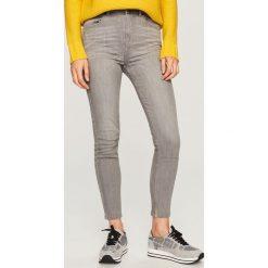 Jeansy z wysokim stanem - Jasny szar. Szare jeansy damskie marki Top Secret, w paski, z podwyższonym stanem. Za 89,99 zł.