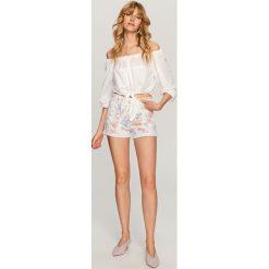 Szorty damskie: Jeansowe szorty w kwiatowy wzór – Biały