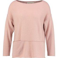Swetry klasyczne damskie: And Less GUNHILDE Sweter rose dust