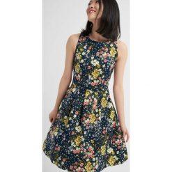 Sukienki: Rozkloszowana sukienka w kwiaty