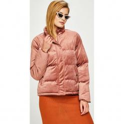 Answear - Kurtka. Różowe kurtki damskie pikowane ANSWEAR, l, z poliesteru. W wyprzedaży za 159,90 zł.