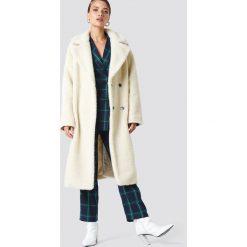 NA-KD Trend Płaszcz z dużym kołnierzem Teddy - Offwhite. Białe płaszcze damskie marki NA-KD Trend, z nadrukiem, z jersey, z okrągłym kołnierzem. Za 323,95 zł.