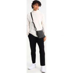 Trussardi Jeans SAFFIANO CROSSBODY FLAP Torba na ramię dark brown. Brązowe torby na ramię męskie marki Kazar, ze skóry, przez ramię, małe. Za 359,00 zł.
