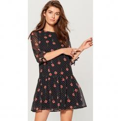 Sukienka mini w kwiaty - Wielobarwn. Szare sukienki mini marki Mohito, w kwiaty. W wyprzedaży za 99,99 zł.