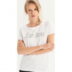 T-shirt z brokatowym napisem - Biały. Białe t-shirty damskie Sinsay, l, z napisami. Za 19,99 zł.