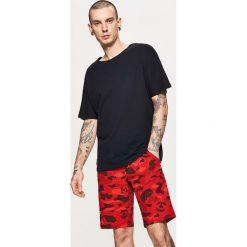 Materiałowe szorty - Czerwony. Czerwone szorty męskie marki Cropp. W wyprzedaży za 39,99 zł.