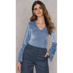 Swetry klasyczne damskie: NA-KD Party Aksamitny sweter z falbaniastym rękawem - Blue