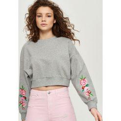Bluzy damskie: Bluza z kwiatowym haftem na rękawach – Jasny szar