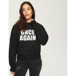 Bluza z napisem - Czarny. Czarne bluzy damskie marki Sinsay, m, z napisami. W wyprzedaży za 19,99 zł.