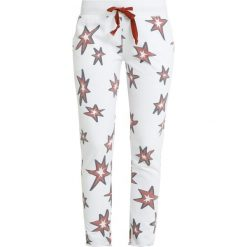 Juvia STAR PRINT JOGGER Spodnie treningowe white/brick. Białe bryczesy damskie Juvia, m, z bawełny. Za 579,00 zł.