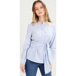 Bluzki asymetryczne: Vero Moda Petite VMJULJANE TIE Bluzka bright white