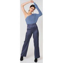 NA-KD Sweter z dzianiny na jedno ramię - Blue. Niebieskie swetry klasyczne damskie marki NA-KD, z dzianiny. W wyprzedaży za 73,17 zł.