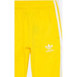 Adidas Originals - Spodnie dziecięce 128-164 cm. Żółte spodnie chłopięce adidas Originals, z materiału. W wyprzedaży za 129,90 zł.