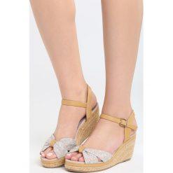 Beżowe Sandały Creme Brulee. Brązowe sandały damskie marki Born2be, z materiału, na koturnie. Za 69,99 zł.