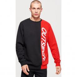 Dwukolorowa bluza z nadrukiem - Czerwony. Czerwone bejsbolówki męskie Cropp, l, z nadrukiem. Za 119,99 zł.