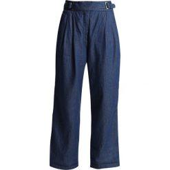 GStar BRISTUM PLEATED WIDE LEG CHINO Spodnie materiałowe rinsed denim. Niebieskie chinosy damskie G-Star, z bawełny. Za 599,00 zł.