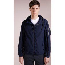 BOSS CASUAL OLVARO Kurtka wiosenna dark blue. Niebieskie kurtki męskie marki BOSS Casual, m, z bawełny, casualowe. W wyprzedaży za 451,60 zł.