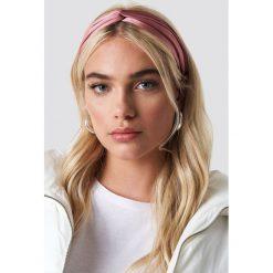 NA-KD Accessories Satynowa opaska do włosów - Pink. Różowe ozdoby do włosów marki NA-KD Accessories. Za 40,95 zł.