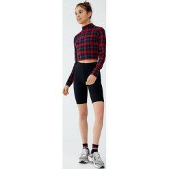 Czarne spodenki w kolarskim stylu. Czarne szorty damskie Pull&Bear. Za 49,90 zł.