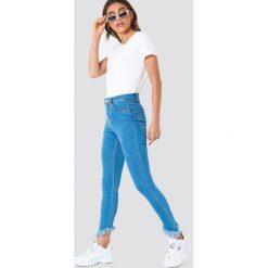 NA-KD Jeansy ze skośnym brzegiem - Blue. Niebieskie spodnie z wysokim stanem NA-KD, z jeansu. Za 161,95 zł.